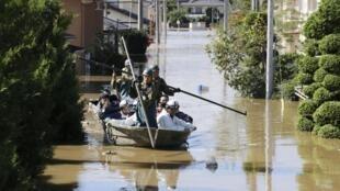 Утром в воскресенье, 13 октября, военные продолжают спасать жителей затопленных районов