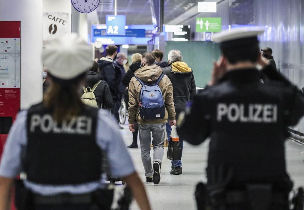 Polícia observa passageiros chegando no aeroporto internacional de Frankfurt, na Alemanha, em dezembro de 2020.