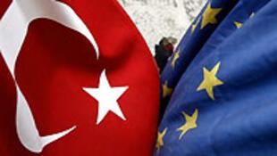 Drapeaux de la Turquie et de l'Union européenne