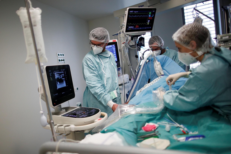 2020-10-30T184649Z_1593618645_RC26TJ9FRP67_RTRMADP_3_HEALTH-CORONAVIRUS-FRANCE-HOSPITAL