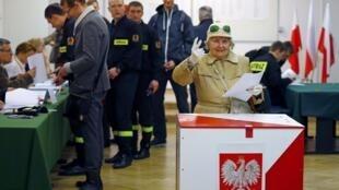 2015年10月25日,波蘭舉行立法選舉。圖為首都華沙某投票站。