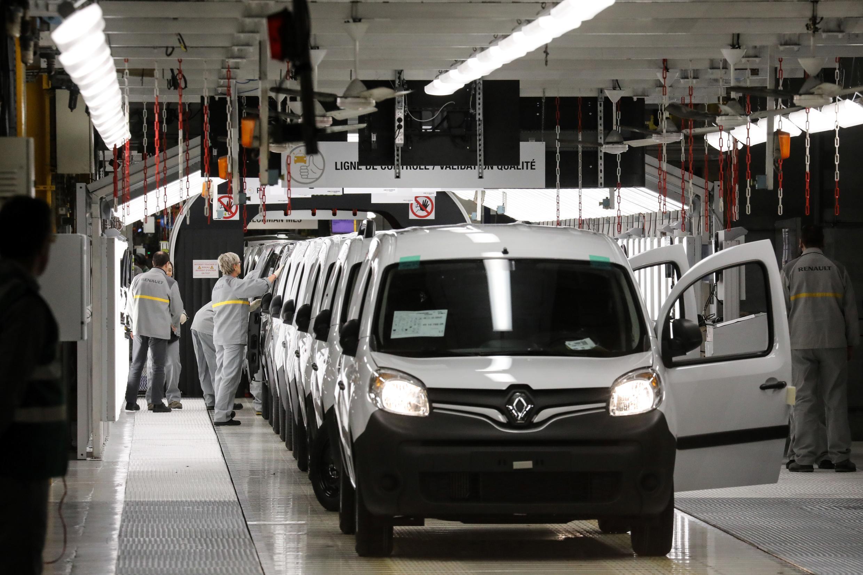 Unos empleados de Renault trabajan el 8 de noviembre de 2018 en la línea de ensamblaje de la fábrica de Maubeuge, en el norte de Francia