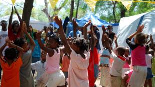 Des enfants jouant dans le camp Saint-Louis avec l'association Save the Children.