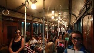 Des passagers dans «las brujas», les wagons centenaires de la ligne A du métro de Buenos Aires, le 11 janvier 2013.
