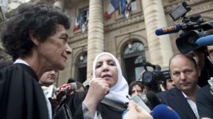 Адвокат Изабель Кутан-Пейре и представительница отца Мохаммеда Мера, Захья Мохтар перед Дворцом правосудия в Париже 11/06/2012