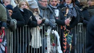 Fãs de Johnny Hallyday enfrentam o frio para prestar uma última homenagem ao cantor morto na quarta-feira.