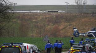 周四,宪警抵达高铁脱轨事故现场。