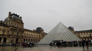 Visitantes aguardam para entrar no museu do Louvre, neste domingo (1)