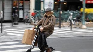 По причине забастовок работников общественного транспорта многим французам приходится пользоваться альтернативными средствами передвижения