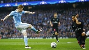 Mbelgiji wa Manchester City, Kevin De Bruyne (kushoto), akikabiliana na beki wa PSG, Marquinhos.