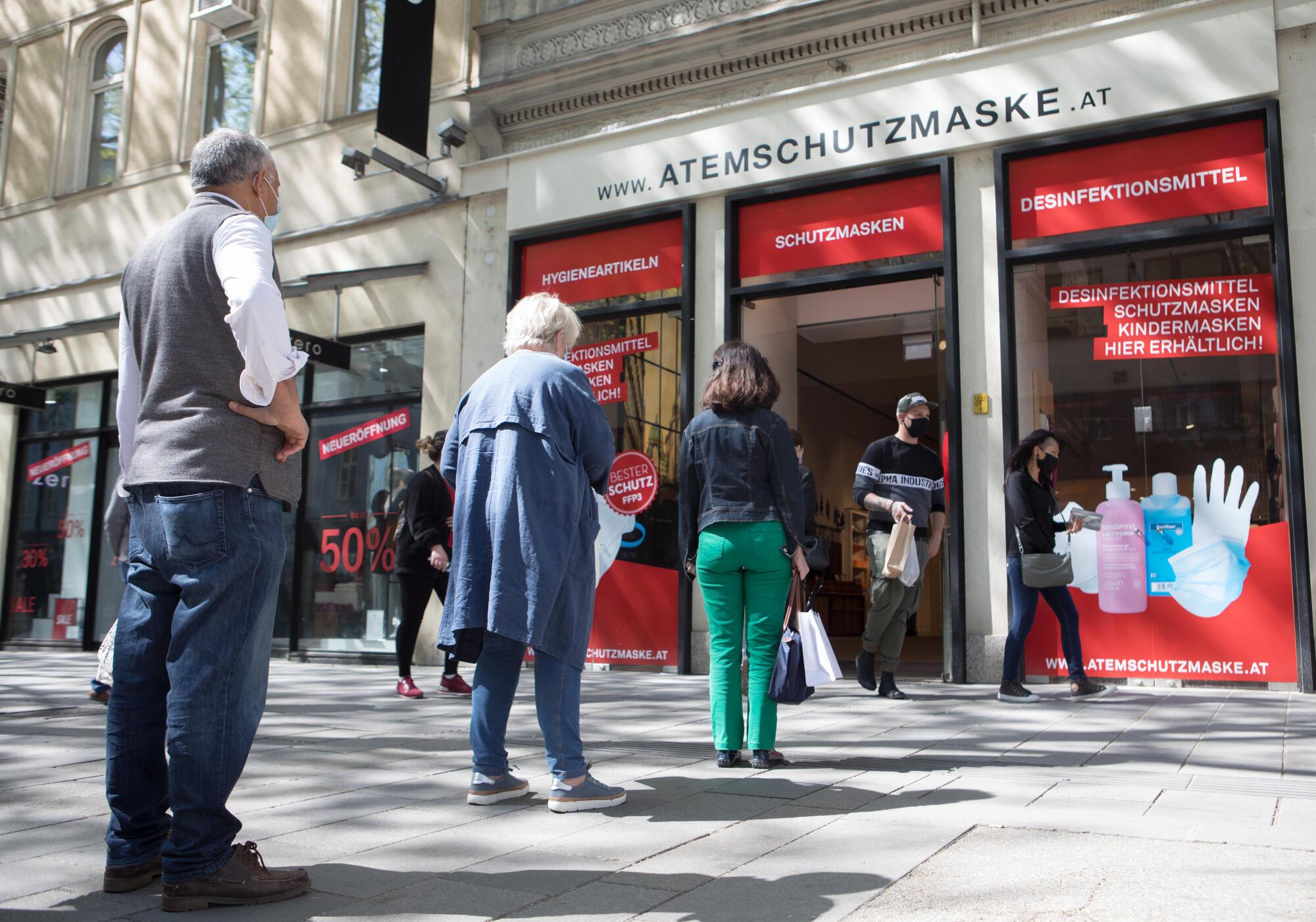 Les clients font la queue devant un magasin de vente de masque dans une rue commerçante de Vienne, le 20 avril 2020. (Image d'illustration)