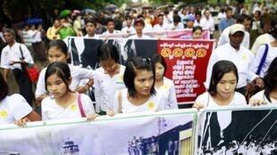 Des étudiants manifestent à Rangoun, le 8 août 2013, à l'occasion des 25 ans de la révolte pro-démocratique.