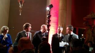 Fernando e Humberto Campana(à direita) recebem o prêmio Colbert das mãos de Laurent Fabius