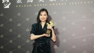 57屆金馬獎21日晚間在台北國父紀念館盛大頒獎,最佳紀錄片獎由「迷航」獲得,導演李哲昕與獎座開心合影。