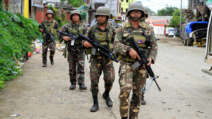 菲律賓警察與軍隊聯合巡邏,在馬拉維市街區搜查伊斯蘭激進武裝分子。攝於2017年6月7日。
