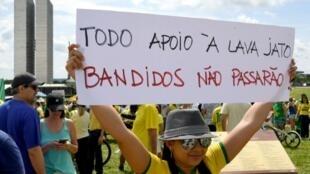 """Manifestantes protestan frente al Congreso Nacional en apoyo a la operación anticorrupción """"Lava Jato"""", el 4 de diciembre de 2016 en Brasilia"""