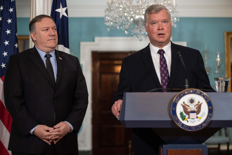 Đặc sứ Hoa Kỳ phụ trách hồ sơ hạt nhân Bắc Triều Tiên, ông Stephen Biegun và ngoại trưởng Mỹ Mike Pompeo (T) tại một buổi họp báo.se rendra à Pyongyang avec le secrétaire d'Etat Mike Pompeo.