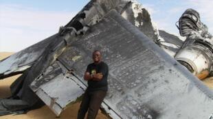 Serge Daniel, correspondant de RFI au Mali, en reportage dans le nord du pays en 2009, devant l'épave du fameux boeing «Air Cocaïne».