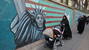 Tranh biếm họa trên tường sứ quán Mỹ cũ ở Teheran, ngày 04/11//2018.