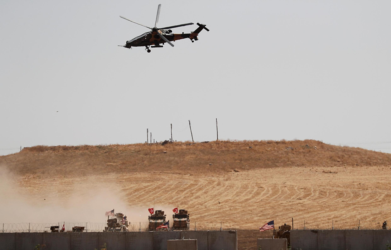 Trực thăng và binh sĩ Thổ Nhĩ Kỳ trở về doanh trại sau một đợt tuần tra chung với lính Mỹ ở miền bắc Syria, ngày 08/09/2019.