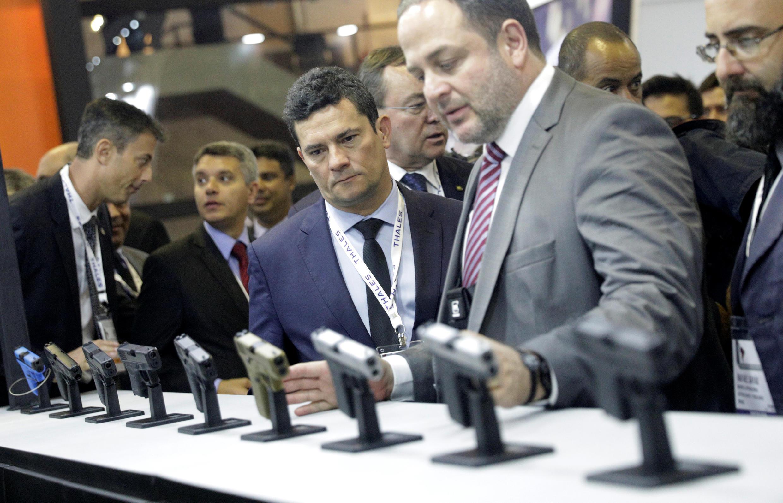 O ministro da Justiça, Sergio Moro, olha armas no stand da empresa Glock durante o maior salão de armas da América Latina, no Rio de Janeiro, em 2 de abril de 2019.