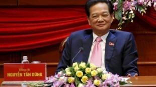 Thủ tướng Nguyễn Tấn Dũng (giữa), tâm điểm chú ý của Đại hội 12, sau khi bỏ phiếu bầu Ban chấp hành Trung ương khóa mới tại Đại hội đảng 12 ngày 26/01/2016.