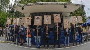 Des manifestants brandissent les portraits des victimes des terroristes néo-nazis, le 11 juillet 2018 à Munich.