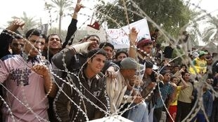 Em Basra, iraquianos protestam contra a corrupção, o desemprego e a incompetência do governo iraquiano.