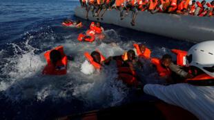 Migrantes foram resgatandos quando tentavam atravessar o mar Mediterrâneo em barcos infláveis