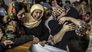 Familiares lloran a las jóvenes víctimas del ataque talibán de este marte en Pakistán.