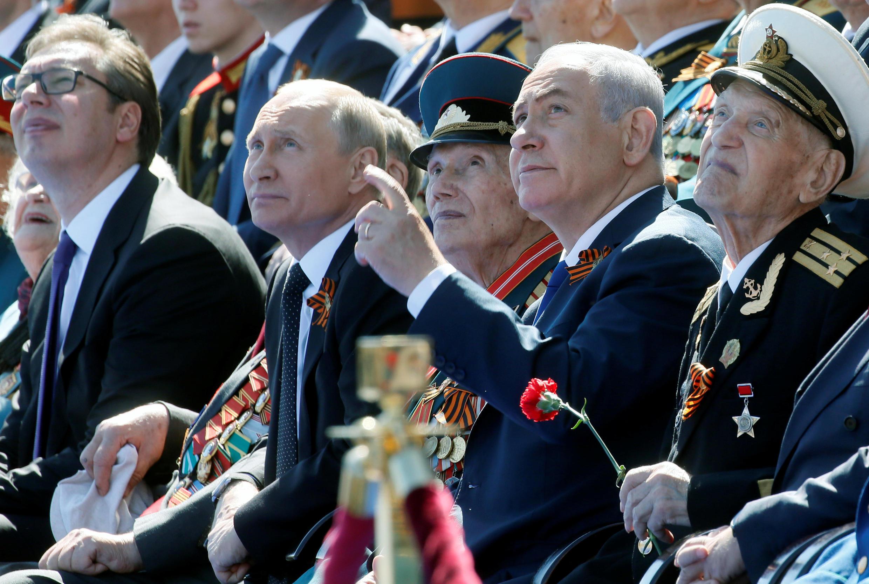 بنیامین نتانیاهو در کنار ولادیمیر پوتین از رژۀ نظامی قوای روس دیدن میکند