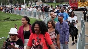 Des fans d'Aretha Franklin défilent à Detroit, le 29 août 2018, pour rendre un dernier hommage à la reine de la soul.