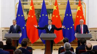 Họp báo của thủ tướng Trung Quốc Lý Khắc Cường (G) và chủ tịch HĐ Châu Âu Donald Tusk (T), chủ tịch UBCA Jean-Claude Juncker, ngày 16/07/2018 tại Bắc Kinh.