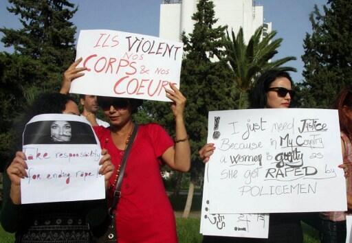 Des tunisiennes manifestent à Tunis le 29 septembre pour dénoncer le viol d'une jeune fille par des policiers.
