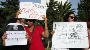 Des femmes tunisiennes manifestent à Tunis pour dénoncer le viol, en 2012, d'une jeune fille par des policiers.