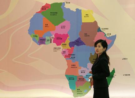 La Chine mise sur l'Afrique et y a investi au total pour plus de 6,6 milliards d'euros fin 2009. Plus de 2 000 entreprises chinoises y sont implantées.