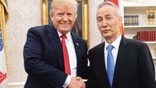 特朗普在個人推特上分享同劉鶴開心握手的照片(2018年5月17日)