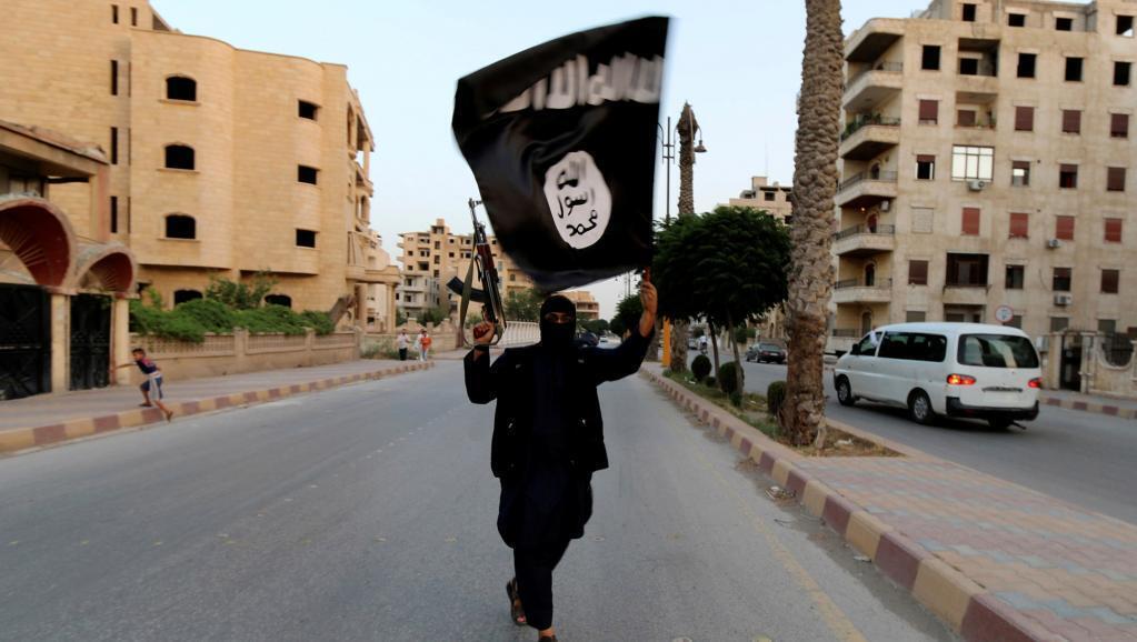 Un membre de l'Etat islamique dans les rues de Raqqa le 29 juin 2014.