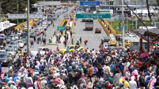 Des migrants vénézuéliens massés sur le pont de Rumichaca, à la frontière entre la Colombie et l'Equateur, le 9 août 2018.