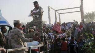 مردم سنی آواره که از شهر رمادی فرار کردهاند به حومه بغداد می رسند. ٢٩ اردیبهشت/ ١٩ مه ٢٠١۵