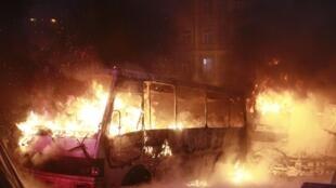 Горящий полицейский автобус в Киеве 19/01/2014