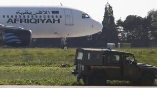Véhicules militaires stationnés à proximité de l'A320 détourné à Malte, le 23 décembre 2016.