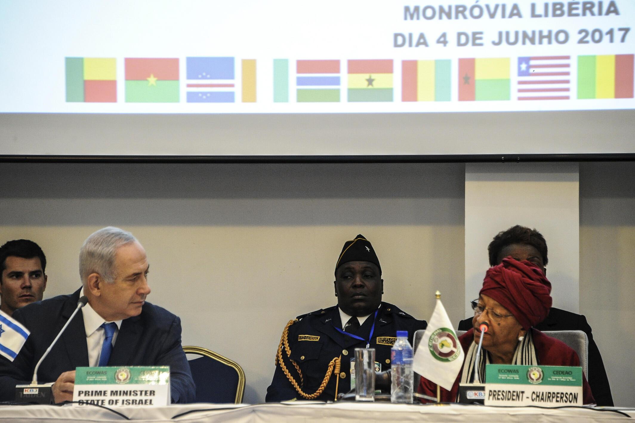 Primeiro-ministro israelita e presidente liberiana na cimeira da CEDEAO de Monróvia a 4 de Junho de 2017.