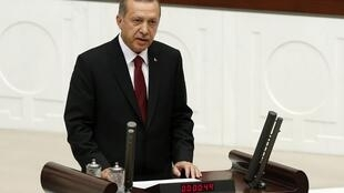 Recep Tayyip Erdogan prestou juramento no parlamento turco nesta quinta-feira (28).