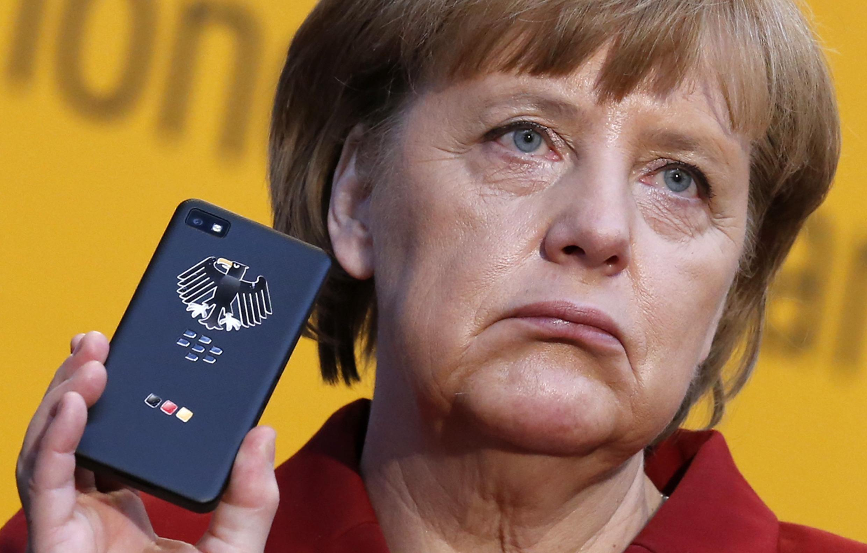 Angela Merkel na simu yake ya rununu, wanayeshukiwa kuwa alifanyiwa udukuzi na NSA.