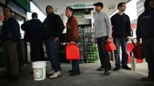 File d'attente devant des pompes à New York; la ville doit faire face à une pénurie d'essence, conséquence de l'ouragan Sandy.