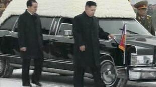 Kim-Jong-un accompagne le cerceuil de son père, accompagné de son oncle Jang-Song-Thaek.