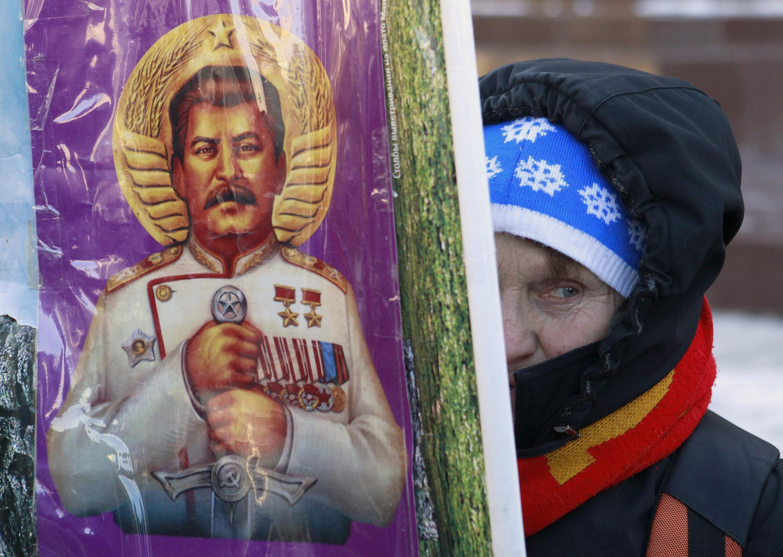 Женщина держит плакат на Красной площади, 5 марта 2013, Россия, Москва