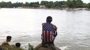 Un migrant centre-américain après sa traversée du fleuve Suchiate, séparant le Guatemala du Mexique. Le 20 octobre 2018. 2018年10月20日在危地馬拉與墨西哥交界處的南美移民