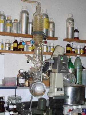L'alambic produit les huiles essentielles.